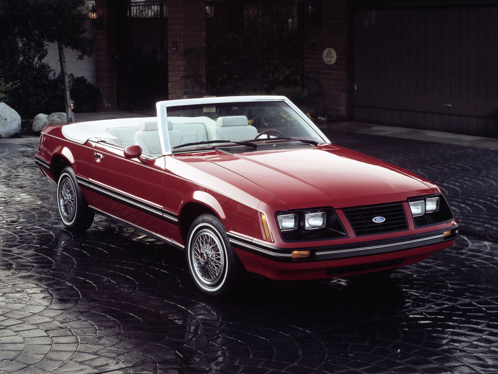 1983 1993 ford mustang cabrio autoguru. Black Bedroom Furniture Sets. Home Design Ideas